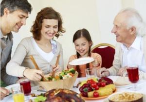 família almoçando juntos