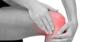mãos sobre o joelho doendo
