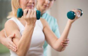 Mulher fazendo musculação orientada por um profissional