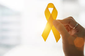 mão segurando uma fita amarela